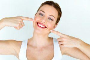 Gesunde Zähne kann man mit einfachen Hausmitteln erhalten.